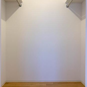 【洋室8.6帖】ウォークインクローゼットは両サイドにポールがあります。たくさん洋服が仕舞えますね。