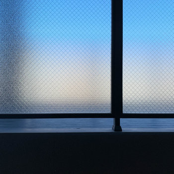 洋室からの眺望は共用部廊下。モザイクガラスで見えないようになっています。