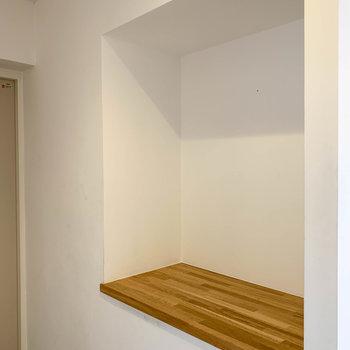 向かい側にはちょっとした棚。鍵などが置いて置けます。