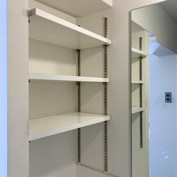 サイドには棚があって、化粧品などもしっかりと置けます。