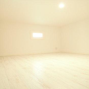 さてロフト。ゆったりとした寝室にどうぞ。※写真は1階同間取り・別部屋のものです。