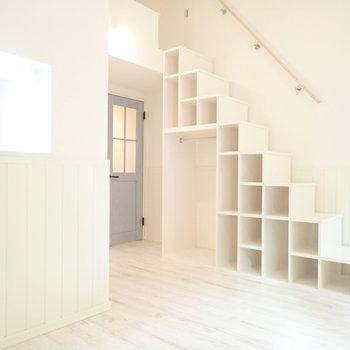 階段下収納は便利ですね。服も掛けられますよ。※写真は1階同間取り・別部屋のものです。