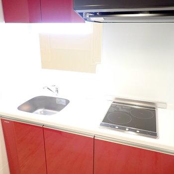 キッチン真っ赤!※写真は1階同間取り・別部屋のものです。