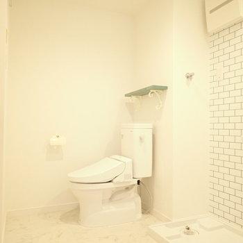 トイレと洗濯機はとなりに。ゆとりはあります。※写真は1階同間取り・別部屋のものです。