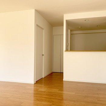 右側にキッチンスペース。対面式です。