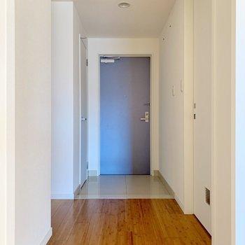 右に脱衣所、左にトイレがあります。