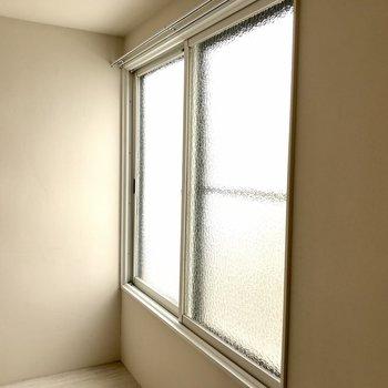 窓を覗くと