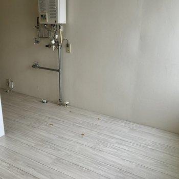 ちょっと段差があって仕切られた空間。洗濯機や冷蔵庫を置きましょう