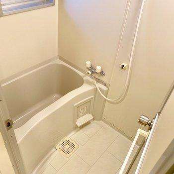 シンプルなバスルーム。窓付き◎