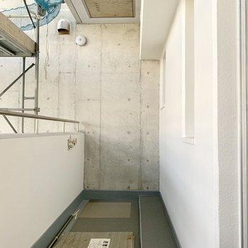 突き当りは壁◎バルコニーは左右どちらも別部屋と隣接していません。(※写真は外観工事中のものです)