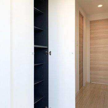造り付けのシューズボックスは床から天井までで大容量。