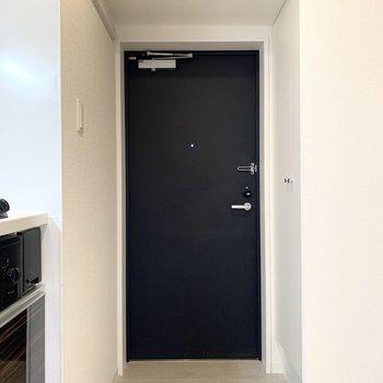 玄関はキッチンのお隣に。