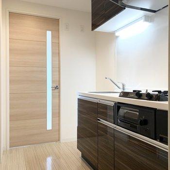 冷蔵庫スペースもしっかりご用意。後ろが水廻りスペースです。