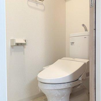 おトイレは隣のドアの中。ウォシュレット付です。