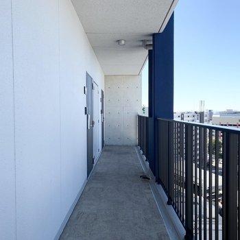 玄関前も抜けた景色で気持ちの良い共用廊下。