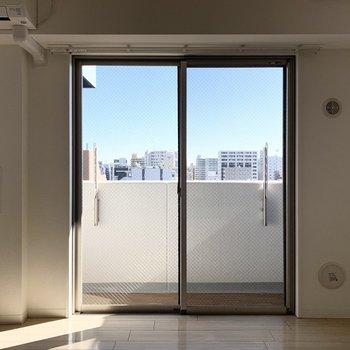 この窓を正面に、左側、