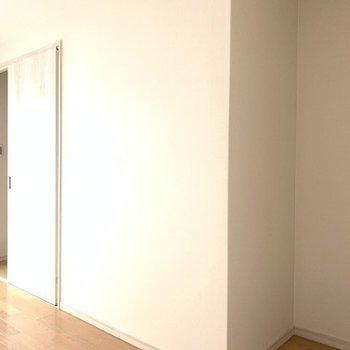 階段に近いお部屋のアクセントクロスはミントグリーン