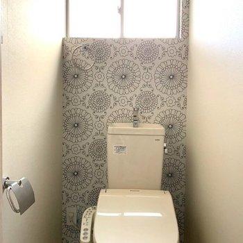 モノトーンの花柄がかわいいトイレ
