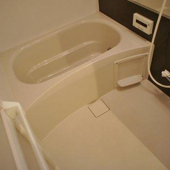 お風呂も比較的ゆったり★※写真は同タイプの別室。