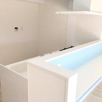 カウンタ―キッチンです。奥に冷蔵庫を。