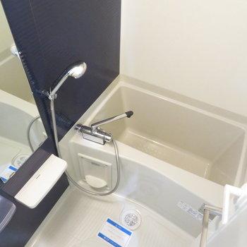 お風呂の中はブルーで(※写真は5階の同間取り別部屋のものです)