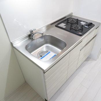 キッチンはしっかりシステムキッチン(※写真は5階の同間取り別部屋のものです)