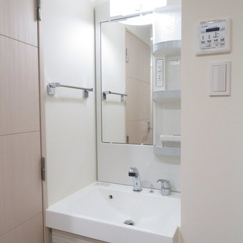 細いけど機能的な洗面台(※写真は5階の同間取り別部屋のものです)