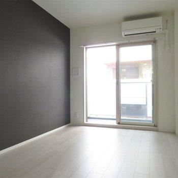 真っ黒のアクセントクロス(※写真は5階の同間取り別部屋のものです)