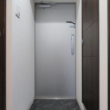 広めの玄関と(※写真は2階の同間取り別部屋のものです)