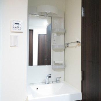 細めの独立洗面台(※写真は2階の同間取り別部屋のものです)