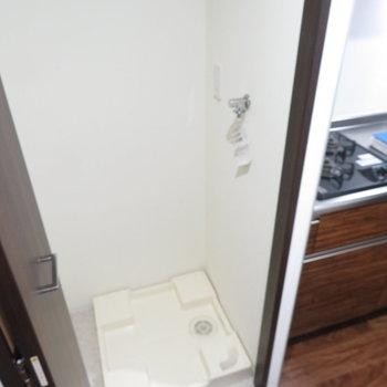 キッチン横には洗濯機置き場(※写真は2階の同間取り別部屋のものです)