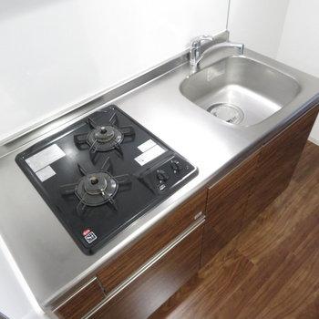 2口コンロのシステムキッチンです(※写真は2階の同間取り別部屋のものです)