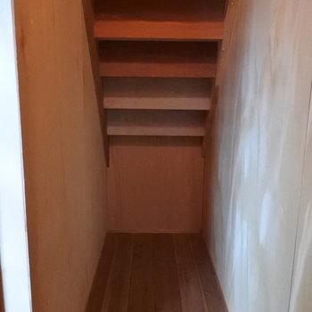 階段下は収納になってます。