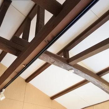 天井は梁がむき出し。お洒落だ。。