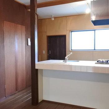 キッチンは対面。左の扉は洗濯パン。