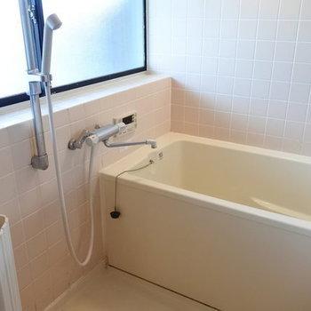 お風呂はレトロだけど大きなまどがあっていい!