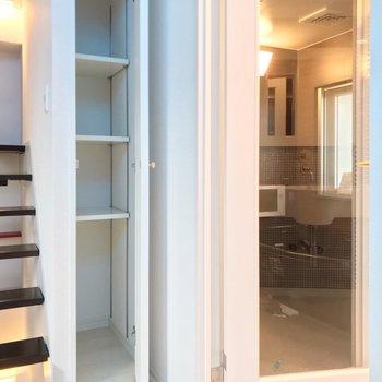 【2F】脱衣所側の小さな棚は、タオルなどの収納にいいですね。