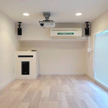 【3F】エアコン付きで快適に視聴できます。ローソファを置きたいな〜