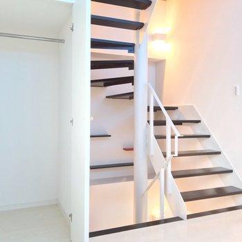 【2F】階段のサイドには収納があります。