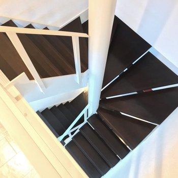 【3F】見下ろすと螺旋階段のぐるぐる…!