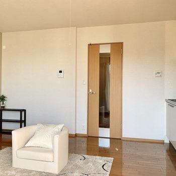 【LDK】窓側から見ると。扉は廊下へ※ 家具はサンプルとなります
