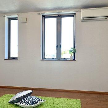 【洋室8.8帖】窓からしっかり日差しが入ります※ 家具はサンプルとなります