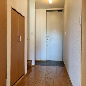廊下部分へ。玄関横の階段を登って2階を見てみましょう