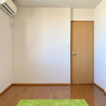 【洋室8.8帖】奥側から。広々とした寝室になりそう※ 家具はサンプルとなります
