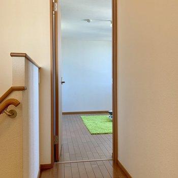 階段登って左にも洋室があります