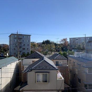 眺望は道路と、お向かいにある住宅です