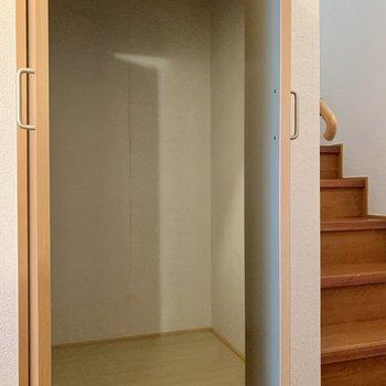 階段下を利用した収納があります