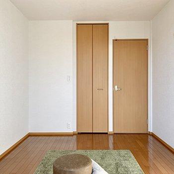 【洋室6帖】窓側から見ると。子供部屋にもいいですね※ 家具はサンプルとなります