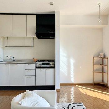 【LDK】キッチンと、その右にはちょっとしたスペース※ 家具はサンプルとなります