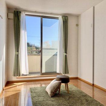 【洋室6帖】もうひとつの洋室へ。こちらは特に日当たりがグッドです※ 家具はサンプルとなります